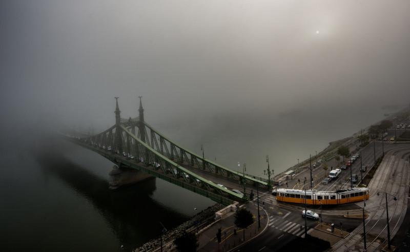 Bilde av en bro i Budapest. Tåke.