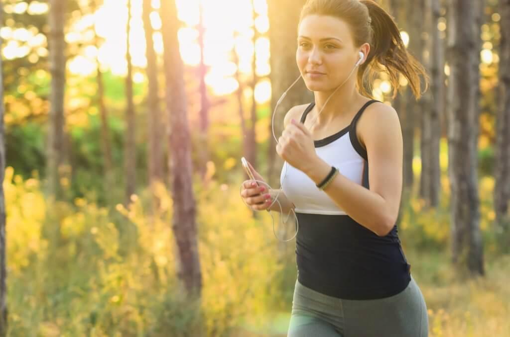Běžící žena v přírodě