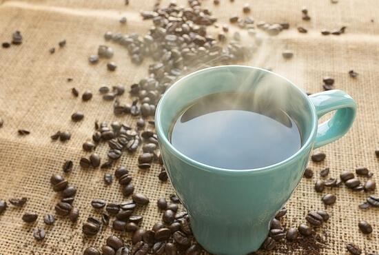 šálek kávy z článku top 10 zážitků na léto