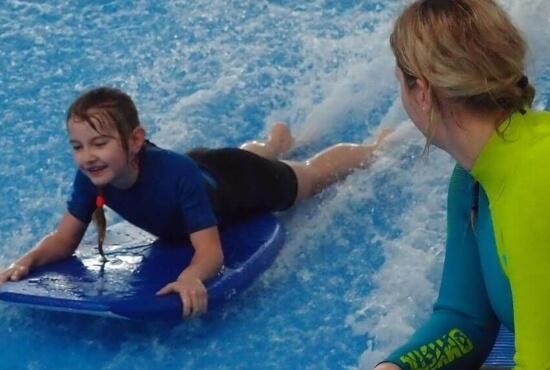 indoor surfing z článku top 10 zážitků na léto