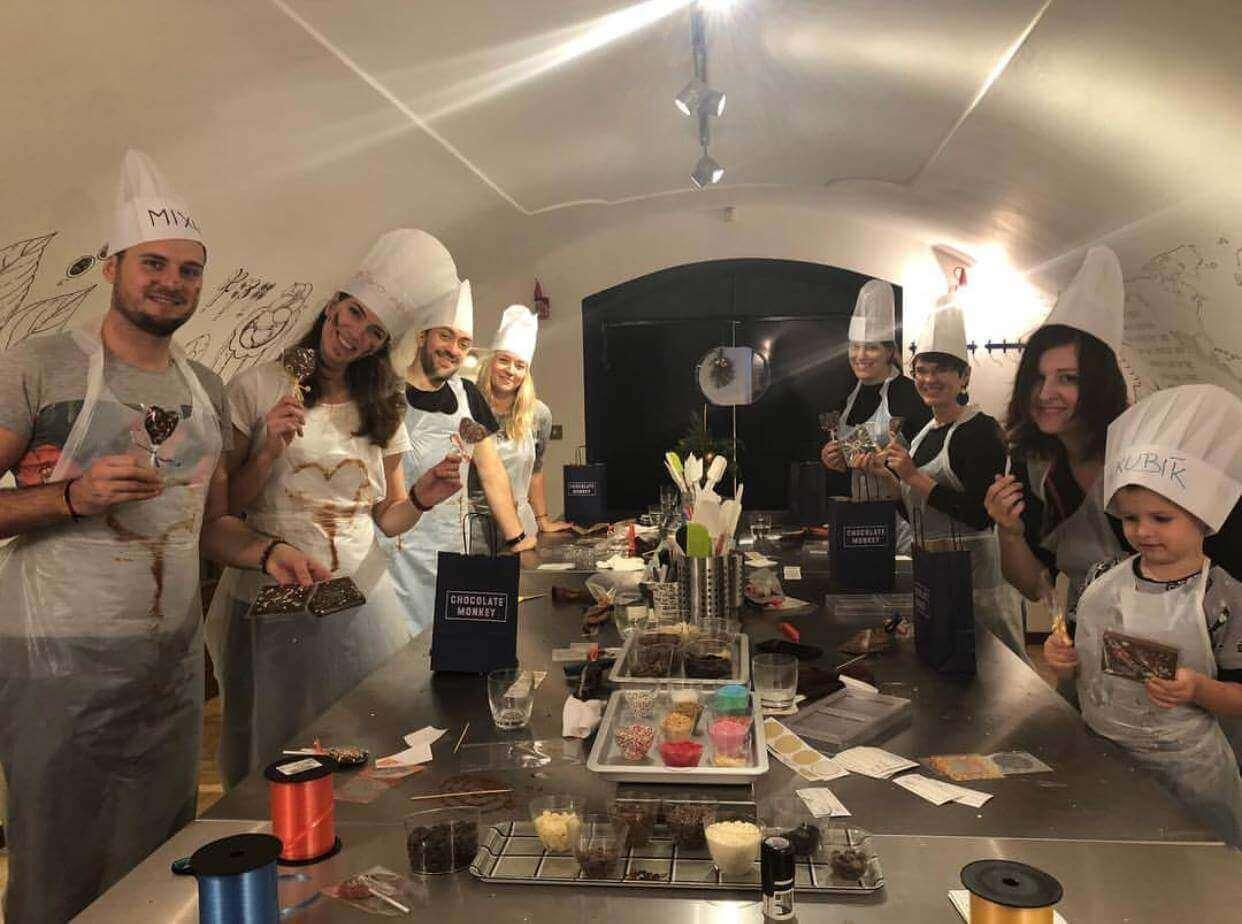 Lidé na kurzu vaření