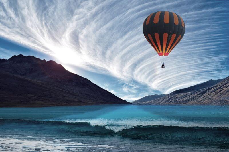 let balonem nad vodou
