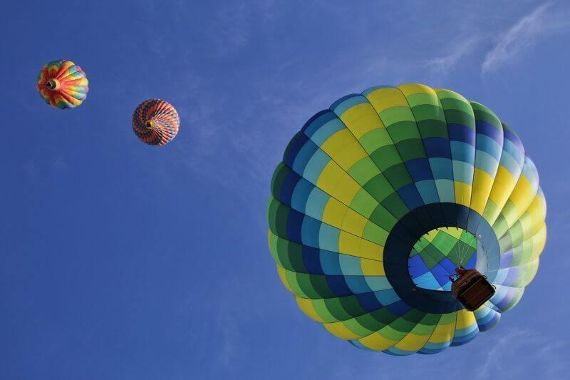 let balonem nad vodou ¨v nebi