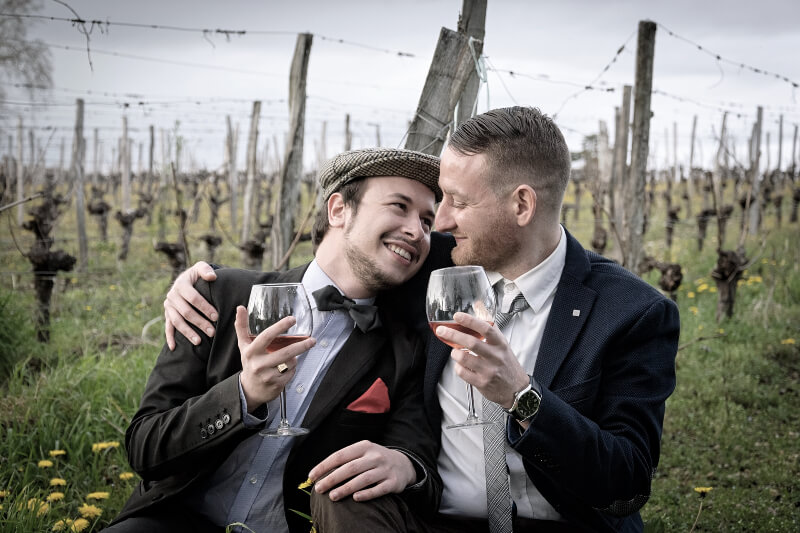 láska-pár-víno-sad-couple-love-wine-gay