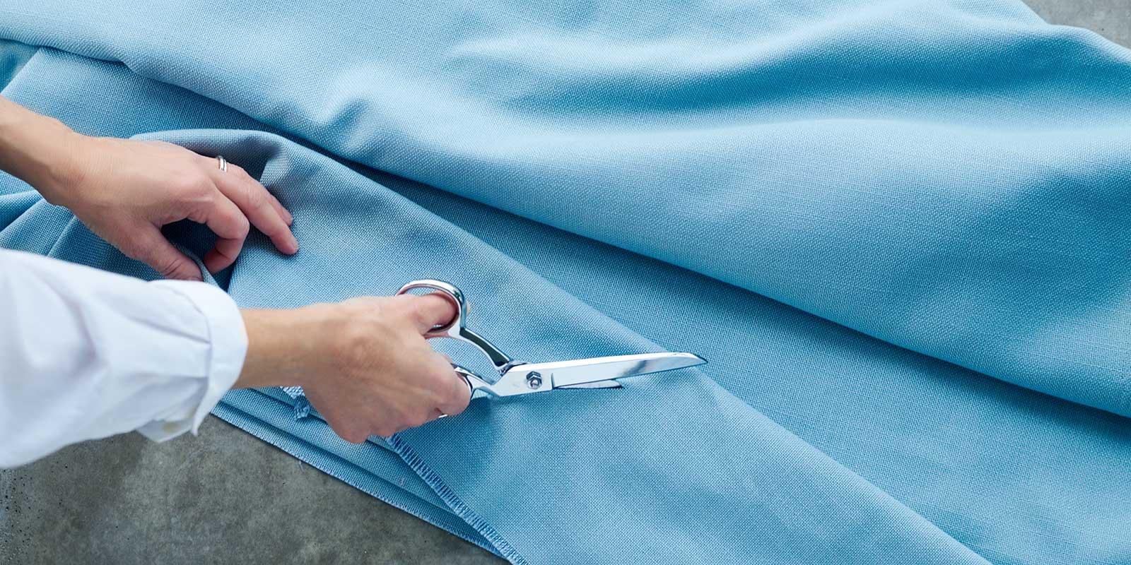 Sax som klipper i blått tyg. För dig som syr på egen hand.
