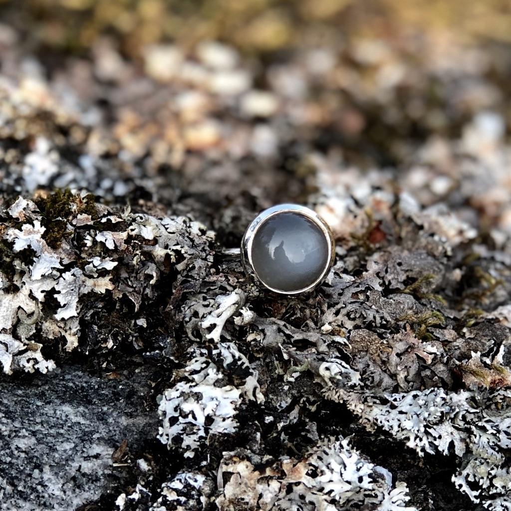 Silversmycken med grå månsten. Silver jewellery with grey moonstone