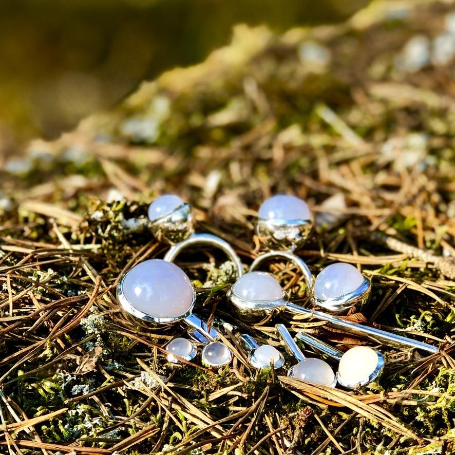 Silversmycken med kalcedon. Silver jewellery with calcedony.