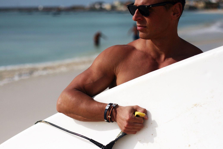 surfkille med armband från so sweden