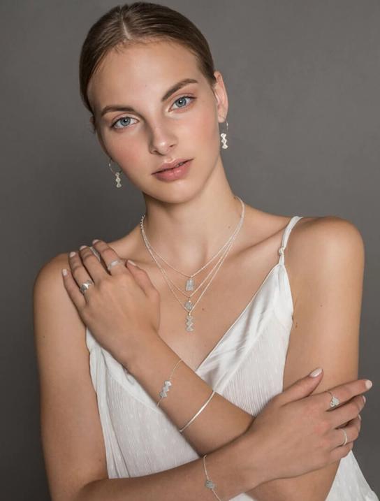 modell i linne som visar silversmyckcen anita june