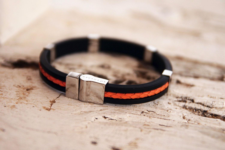 armband i orange och svart gummi