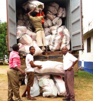 SPB Uni Commerz Ghana, Korgar lastas för transpoert. Foto: Contigo Fair Trade