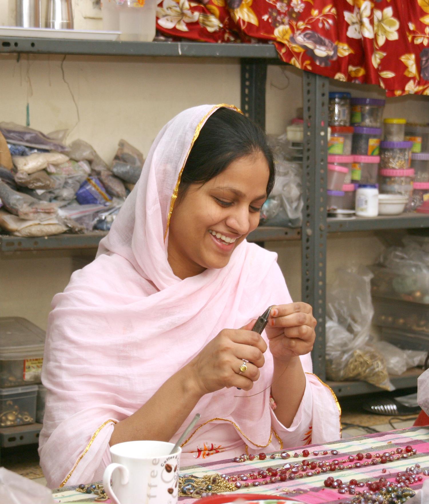 Asha Handicrafts tillverkar smycken. Foto El Puente Dei Fair Trade Pioniere.