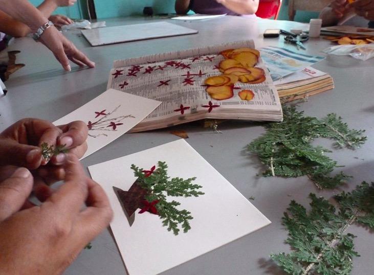 Handgjorda kort med blomstermotiv från Arte Comasagua i El Salvador. Foto: Globo Fair Trade.