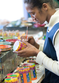 Handgjorda och handmålade keramikmuggar från Sydafrika. Fot: Contigo Fair Trade.