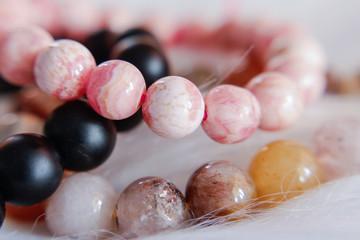 Pärlarmband och ädelstens armband