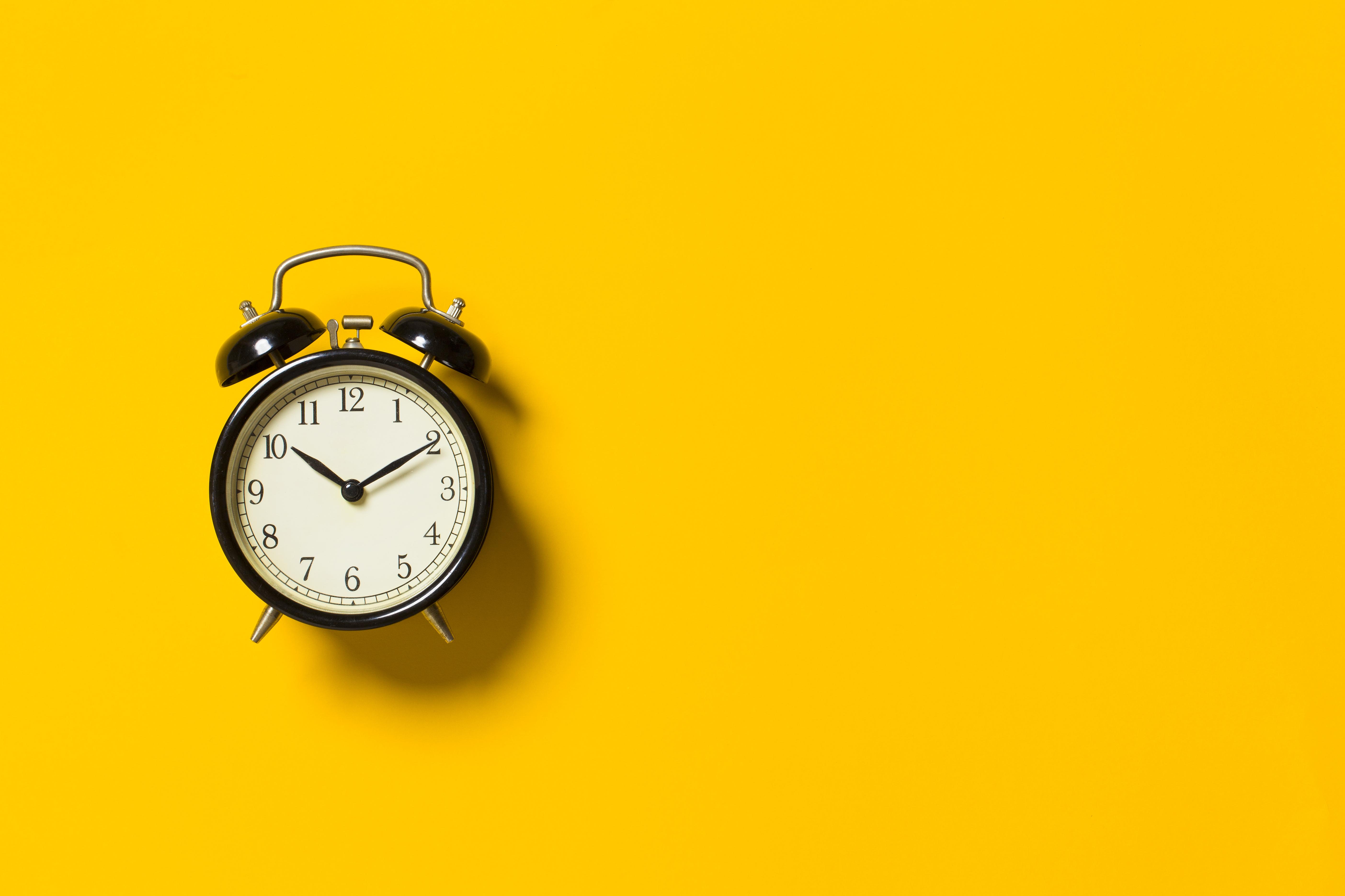 Bild på väckarklocka med gul bakgrund
