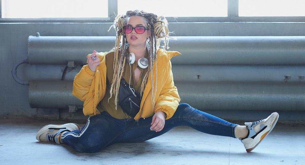 Teenager-Tochter-hat-einen-ausgefallenen-Kleidungsstil-Dreadlocks-und-bunte-Sonnenbrille
