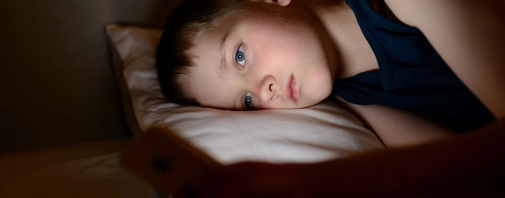 Ein Junge kann aufgrund von Angst nicht schlafen