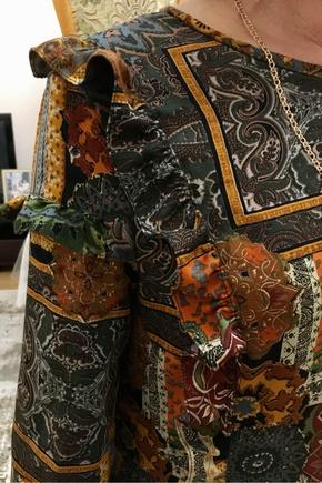 Платье красиво рюшами и сборкой