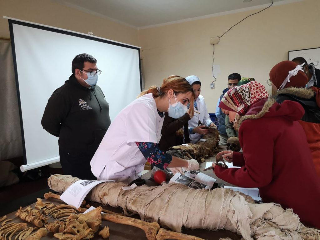 Baselga en Egipto, en una misión realizada en Saqqara por el Instituto de Formación Profesional en Ciencias Forenses, donde actuó como docente el pasado mes de febrero. Se aprecian momias de hace más de 3.500 años (con Ricardo Ortega, director del IFPCF)