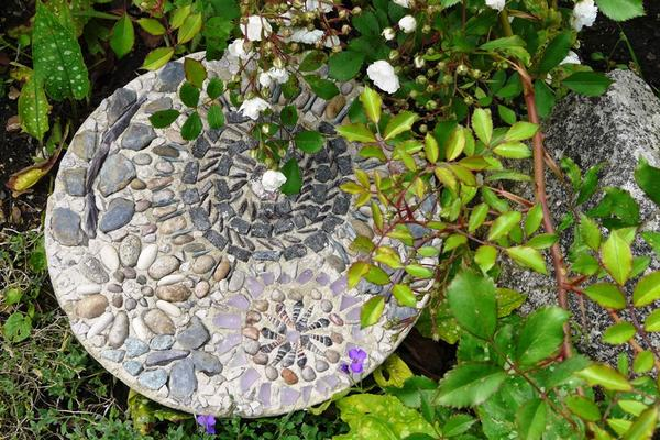 Pebble mosaic making with Hilary Shand
