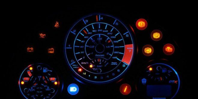 Dlaczego samochody nie wykorzystują cyfrowych wyświetlaczy w desce rozdzielczej zamiast analogowych?