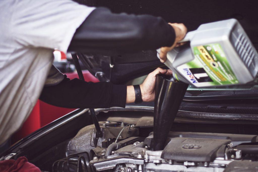 Uzupełnienie oleju silnikowego