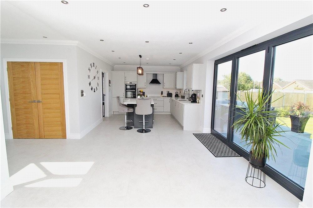 MUVA Estate Agents : Kitchen/Diner/Family