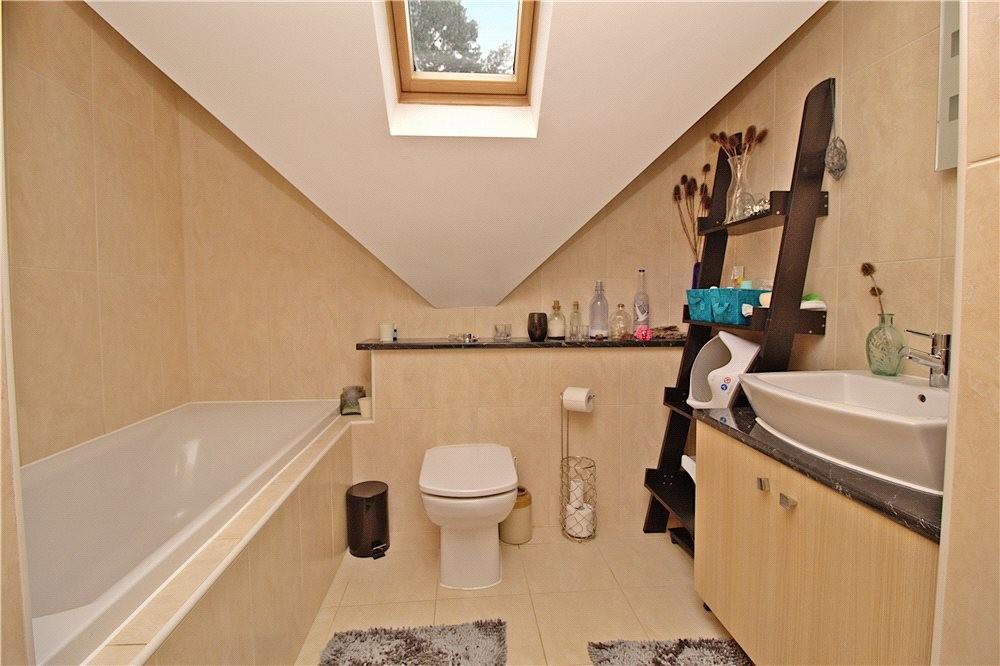 MUVA Estate Agents : Family Bathroom