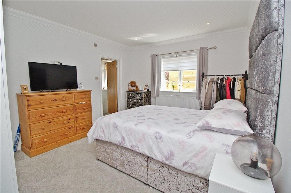 MUVA Estate Agents : Master Bedroom